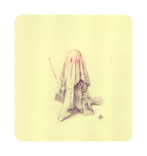 Ghost, bambino travestito da fantasmino. Con una mano tiene una piccola radio e con l'altra un piccolo pupazzo coniglio.