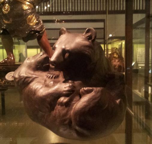 Coppia di orsi che giocano- Muneyoshi- Yamada Chozaburo-1910-Victoria&AlbertMuseum.